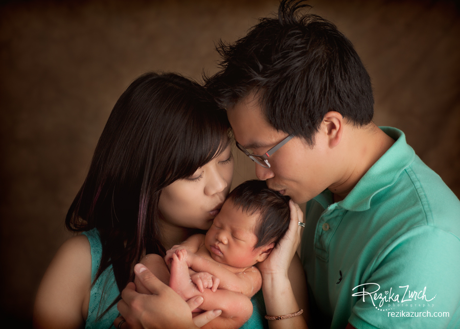 Edmonton_Newborn_family_kiss